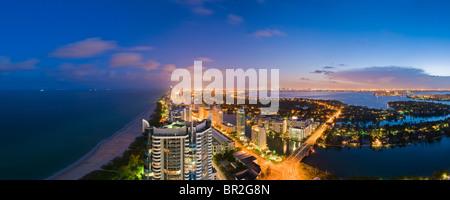Blick nach Süden vom Hochhaus, Collins Avenue und den Atlantischen Ozean in der Abenddämmerung, Miami Beach, Florida, - Stockfoto