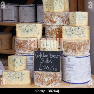 Stilton Käse für den Verkauf auf einem Bauernmarkt in Großbritannien. - Stockfoto