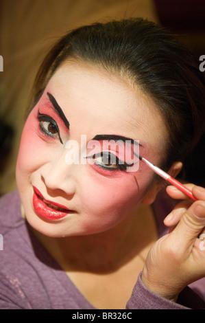 Sichuan Oper Schauspielerin gilt Make-up vor der Ausführung auf Shufenyayuan Teehaus, Chengdu, Provinz Sichuan, - Stockfoto