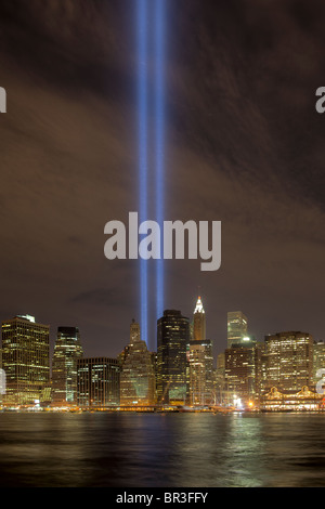 Tribute in Light (11.09.2010) von Brooklyn gesehen. Sichtbar sind auch Hunderte von Zugvögeln, die Twin-Träger angezogen. - Stockfoto