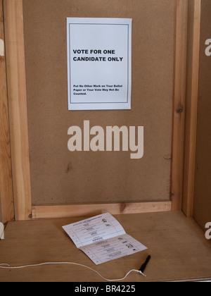 Ein Stimmzettel in einer Wahlkabine in Großbritannien am Tag der allgemeinen Wahlen im Jahr 2010 - Stockfoto