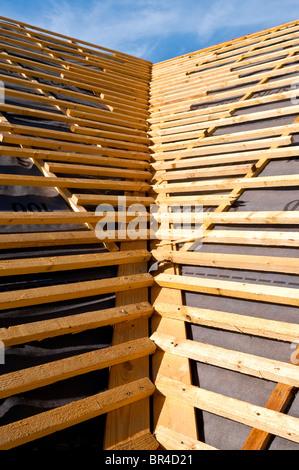 Neuer Bungalow aufgeschlagen Tal Dachkonstruktion zeigt Nadelholz Kiefer Holz Latten - Indre-et-Loire, Frankreich. - Stockfoto