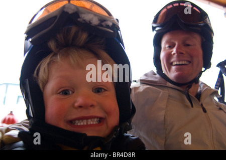 Vater und Sohn beim Big Mountain in Montana, USA. - Stockfoto