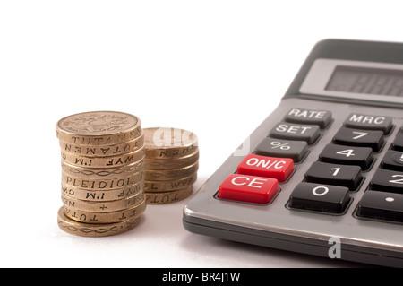Ein Stapel von britischen ein Pfund-Münzen mit einem Taschenrechner - Stockfoto