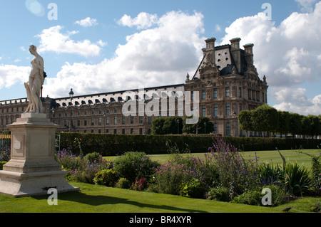 Weibliche Statue im Jardin des Tuileries und dem Louvre, Paris, Frankreich - Stockfoto