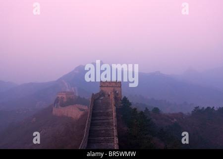 Große Mauer, die Wicklung in den Bergen im Morgennebel, Jinshanling, Hebei, China - Stockfoto