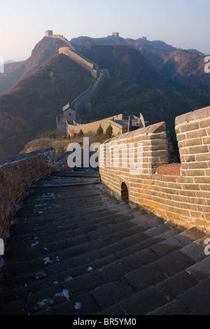 Große Mauer, die Wicklung in den Bergen bei Sonnenuntergang, Jinshanling, Hebei, China - Stockfoto
