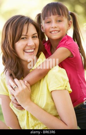 Porträt von Mutter und Tochter zusammen im Park - Stockfoto