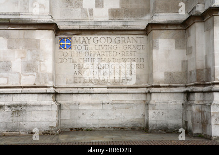 Eine Inschrift auf der Steinmauer des St Margarets Church neben Westminster Abbey in Westminster, London, SW1. - Stockfoto