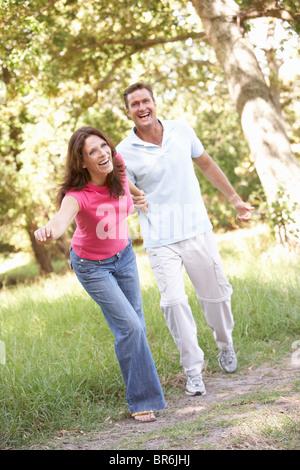 Porträt der jungen Paare, die im Park - Stockfoto
