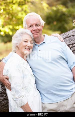 Älteres paar Wandern im Park - Stockfoto