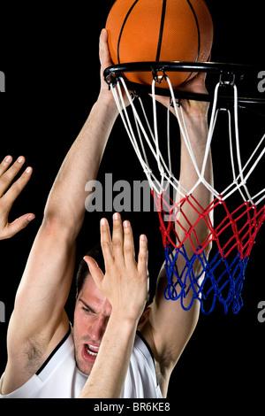 Ein Basketball-Spieler versuchen, einen Korb, Studio gedreht