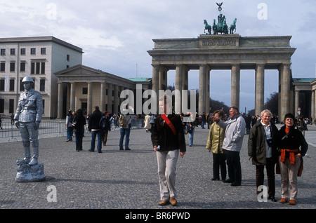 Berlin - Touristen vor der berühmten Brandenburger Tor Berlin Deutschland. - Stockfoto