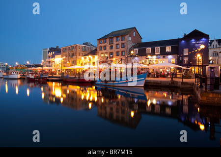 Restaurants und Bars in der Nacht in Plymouth Barbican Gegend - Stockfoto
