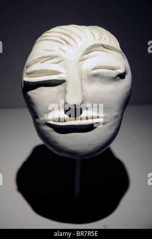 Frühe islamische Maske auf dem Display in das Institut du Monde Arabe, einem wichtigen arabischen Kulturzentrum - Stockfoto