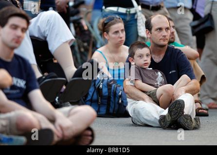 Vater und Sohn in der Menge am Hatch Shell auf dem Vorplatz für ein Sommerkonzert vom Orchester Boston Sehenswürdigkeiten - Stockfoto
