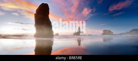 Ebbe und Sonnenuntergang Reflexion an Samuel H. Boardman State Scenic Korridor. Oregon - Stockfoto