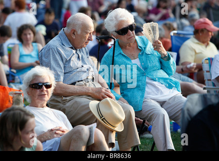 Älteres Ehepaar in der Menge am Hatch Shell auf dem Vorplatz für ein Sommerkonzert vom Orchester Boston Sehenswürdigkeiten - Stockfoto