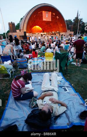 Das Publikum bei der Hatch Shell auf der Esplanade während eines Konzerts vom Boston Sehenswürdigkeiten Orchestra - Stockfoto