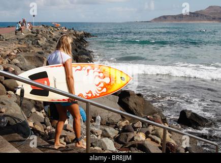 Blonde weibliche Surfer mit Surfbrett - Stockfoto
