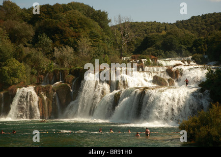 Das Wasser des Flusses Krka und Cikola Flüsse hinunter die siebzehn Schritte der Skradinski Buk Wasserfälle - Stockfoto
