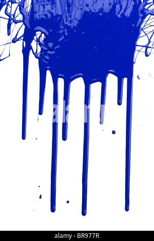 Blaue Farbe tropft isoliert auf weißem Hintergrund - Stockfoto