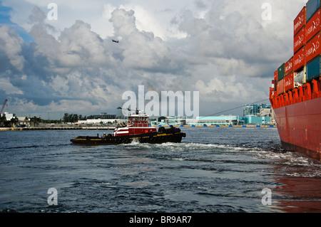 Fort Lauderdale, PT Everglades, Florida, USA. McAllister Abschleppen Schlepper, Vicki M McAllister ein Mitarbeitender - Stockfoto