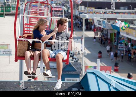 Teenager-Paar auf Riesenrad - Stockfoto