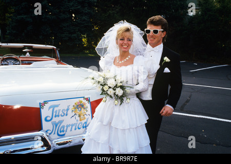 1991 BRAUT UND BRÄUTIGAM STEHEN NEBEN OLDTIMER CABRIO FORD AUTOMOBILE - Stockfoto