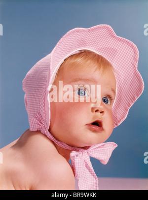 1960ER JAHREN SEHR NIEDLICHEN BLAUEN AUGEN BABY TRAGEN ROSA WEIß ÜBERPRÜFT MOTORHAUBE NACHSCHLAGEN - Stockfoto