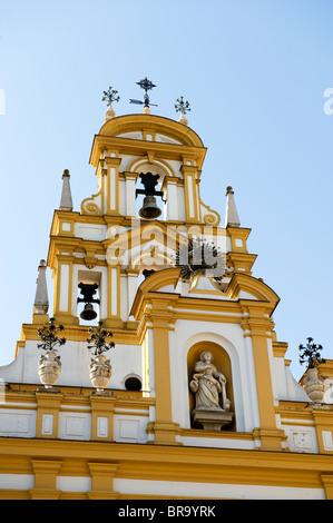 """Der Glockenturm der Basilika de la Macarena """"Jungfrau Maria"""" in der Macarena Viertel von Sevilla, Andalusien, Spanien - Stockfoto"""