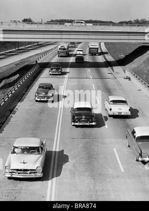 1950ER JAHREN AUTOS REISEN ON HIGHWAY - Stockfoto