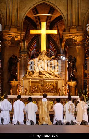 Anbetung der Eucharistie in Notre Dame de Paris Kathedrale, Paris, Frankreich, Europa - Stockfoto