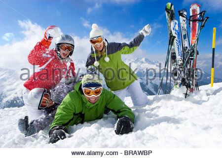Ski im Schnee und Familie Schneeball kämpfen auf Berggipfel - Stockfoto