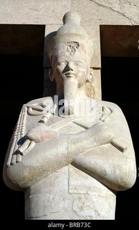 Einer der Osiride Statuen bewachen das Grab der Königin Hatshepsut (vor allem der adligen Damen) in Deir el Bahari - Stockfoto