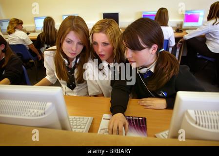 Schülerinnen und Schülern bei Arbeiten auf ihren Websites in Informatik - Stockfoto