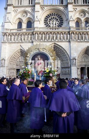 Religiöse Prozession vor Notre Dame de Paris, Paris, Frankreich - Stockfoto