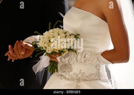 Braut mit ihrem Vater bei einer katholischen Hochzeit, Jerusalem, Israel - Stockfoto