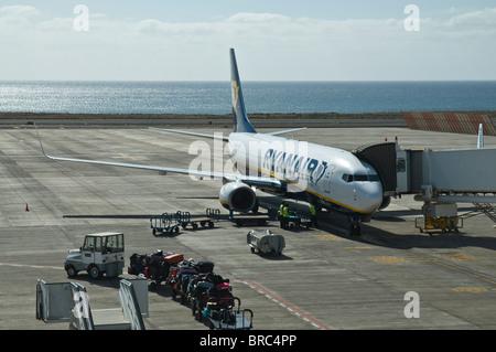 Dh FLUGHAFEN ARRECIFE LANZAROTE Ryanair Flugzeug auf der Piste laden Gepäck Zug Flugzeug - Stockfoto