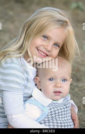 Kinder sitzen zusammen; Gresham, Oregon, Vereinigte Staaten von Amerika - Stockfoto
