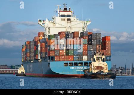 Schlepper mit Containerschiff bereit, docken an Southampton - Stockfoto