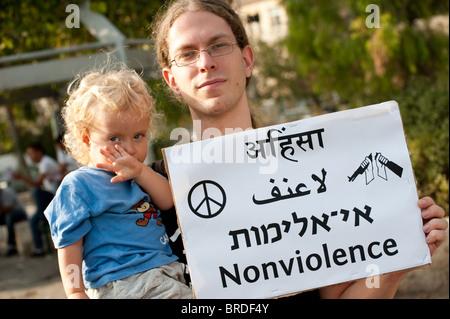 Juda Ronen und seine 2-jährige Tochter Ilil, Jerusalem, protestieren israelische Siedlungen im Stadtteil arabischen - Stockfoto