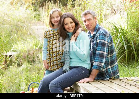 Eltern und Tochter mit Picknick In der Natur - Stockfoto
