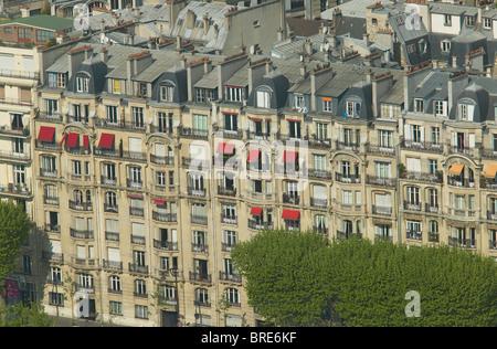 Vogelperspektive von Gebäuden und Dächern im 16. Arrondissement von Paris. - Stockfoto