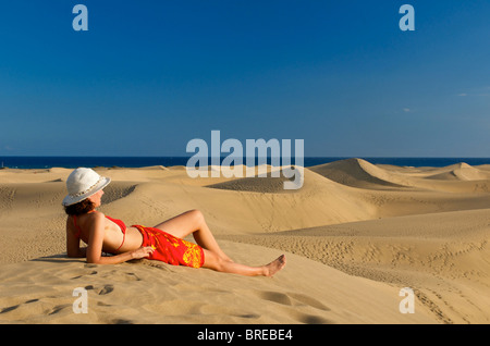 Frau in den Dünen von Maspalomas, Gran Canaria, Spanien - Stockfoto