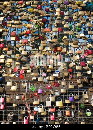 Viele Schlösser angebracht zur Hohenzollernbrucke Eisenbahnbrücke in Köln - Stockfoto