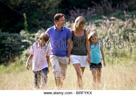 Eine Familie, ein Spaziergang durch ein Feld, Nahaufnahme - Stockfoto