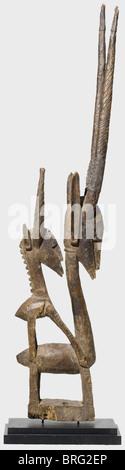 Ein Bambara Chi-wara Tanzkopfstück,Burkina Faso,1. Hälfte des 20. Jahrhunderts. Eine Holzfigur von zwei Antilopen, - Stockfoto