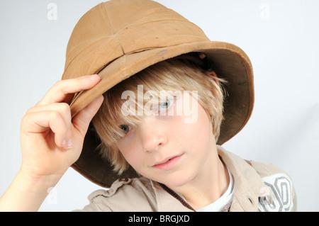 Kleiner Junge gekleidet wie eine viktorianische Explorer trägt ein Tropenhelm - Stockfoto