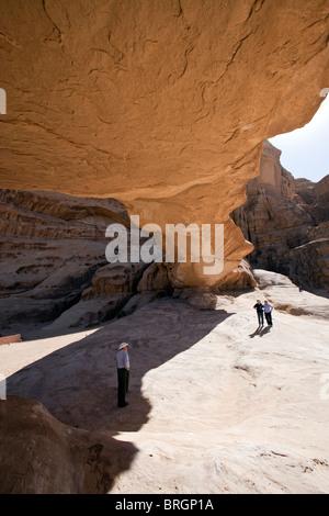 Natürliche Steinbrücke, Wadi Rum Jordan. - Stockfoto